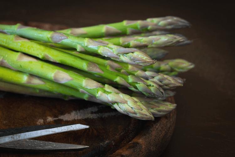 Superenkel torskemiddag med ovnsbakte grønnsaker og asparges